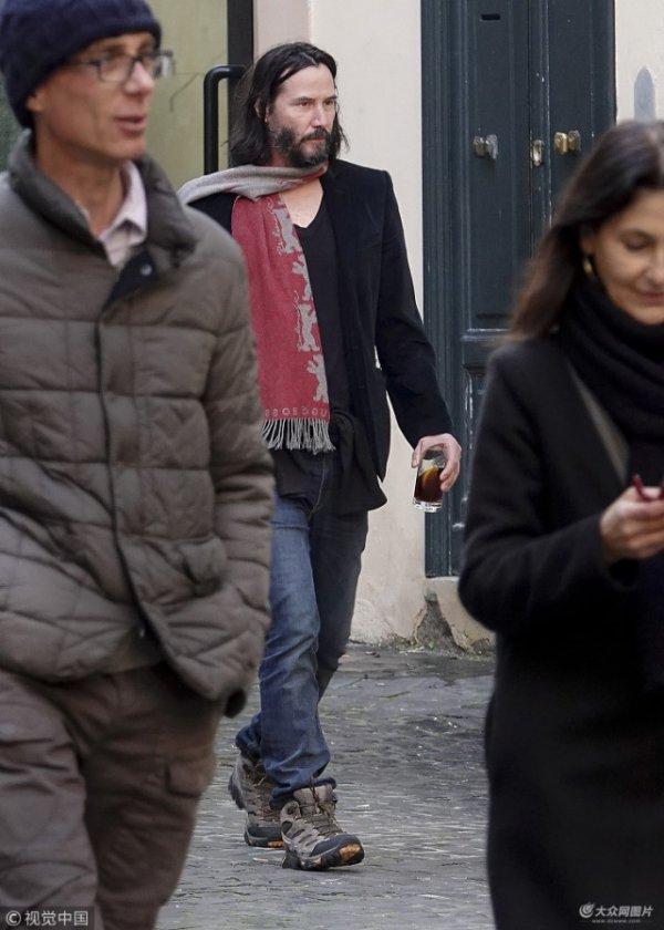Скромный Киану Ривз гуляет по римским улочкам