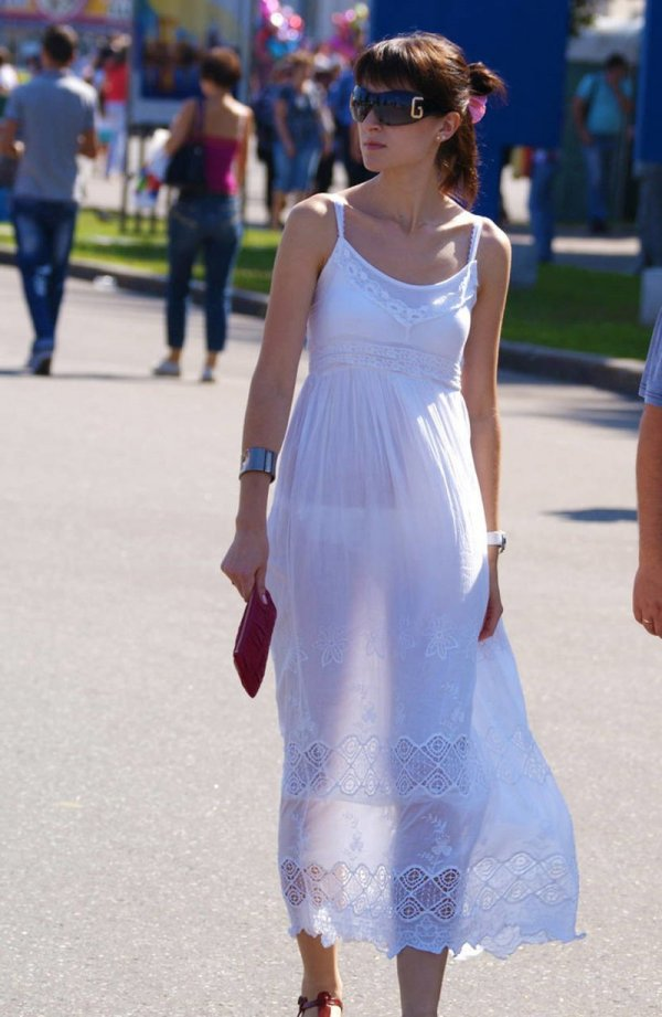 охраняется девки в просвечивающихся платьях на улице видео коллективе посреди мужиков