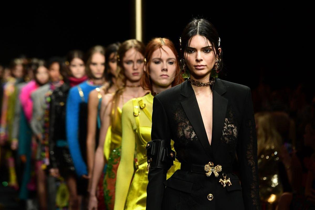 Кендалл Дженнер в откровенном костюме от Versace