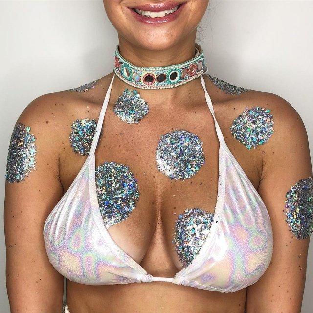 """Флешмоб """"Go Get Glitter"""": девушки наносят блестки на грудь"""